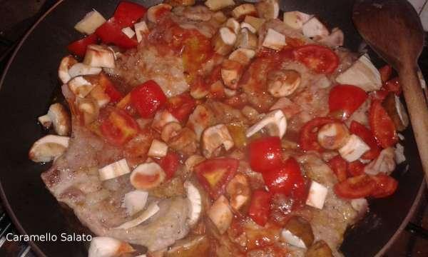 Aggiungete i pomodori ed i funghi tagliati a cubetti