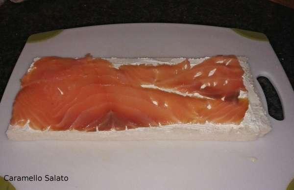 Farcire la terza fetta con robiola e salmone