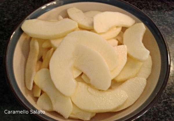 Tagliare le mele a spicchi sottili e metterle in una ciotola