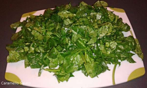 Lavare gli spinaci, sgocciolarli e tagliarli grossolanamente