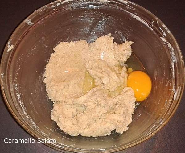 Aggiungere uovo e vaniglia e amalgamare