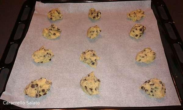 Prelevare 1/2 cucchiaio di composto e con un altro cucchiaio disporre sulla placca del forno ricoperta di carta forno distanziando bene i biscotti. Ne staranno un massimo di 12 per volta