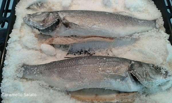 togliere il pesce dal forno, togliere la crosta del sale