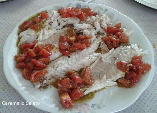 Estrarre i filetti e servire con la salsa al pesto e pomodorini