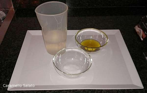 mescolare insieme l'acqua, il sale e l'olio