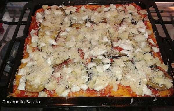 Estraete dal forno e aggiungete le melanzane grigliate, la mozzarella tagliata a cubetti ed il parmigiano