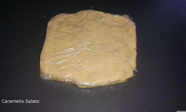 Unire tutti gli ingredienti in un panetto, avvolgerlo in pellicola, appiattire e far riposare in frigo per 2 ore
