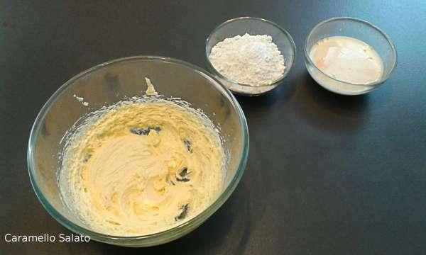 Unire metà della farina setacciata, il lievito ed il sale, alternandola con metà del latte