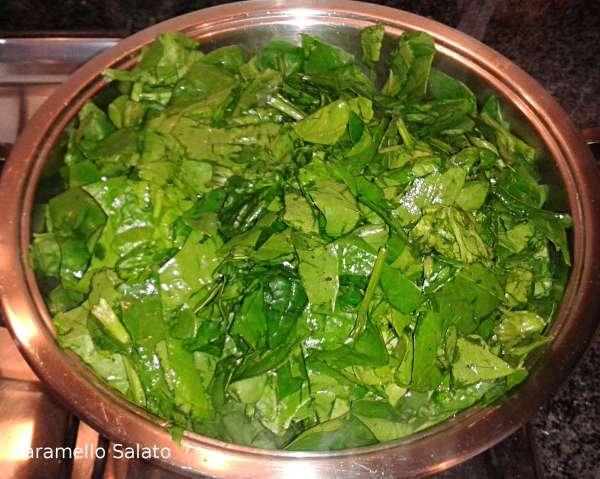 Estrarre l'aglio e aggiungere gli spinaci