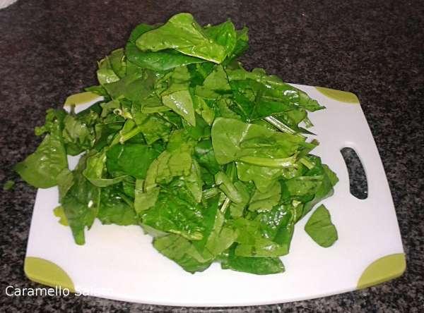 Lavare gli spinaci, sgocciolarli bene e tagliarli grossolanamente