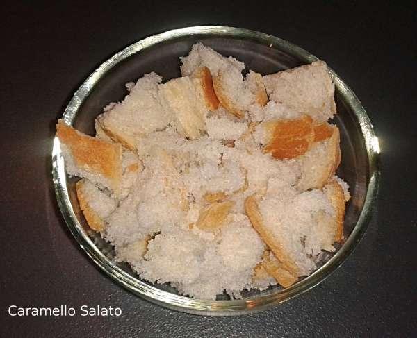 Mettere la mollica di pane in una tazza e unire tanto aceto quanto basta per inzupparla