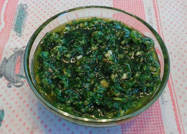 Mescolare bene tutti gli ingredienti amalgamare l'olio extravergine di oliva un po' alla volta, salare e pepare
