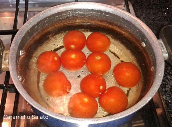 Lavare i pomodori e immergerli per qualche secondo in acqua bollente