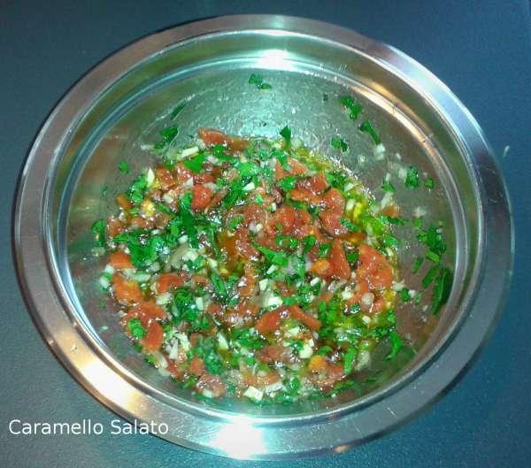 Salare, pepare e mescolare tutti gli ingredienti e mettere da parte