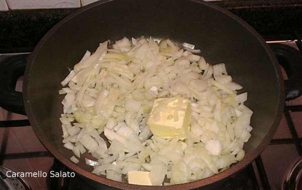 Tagliare la cipolla e farla rosolare insieme al burro e l'olio fino a quando non diventa trasparente
