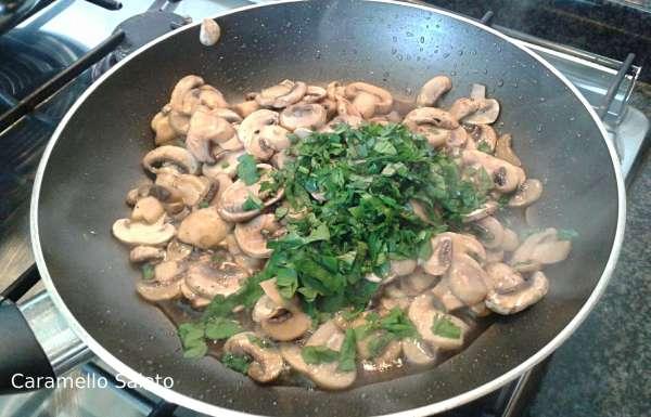 Far saltare i funghi, aggiungere sale, pepe e prezzemolo