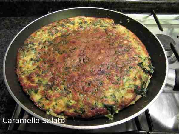 Rigirare la frittata con l'aiuto di un tappo grande o di un piatto e lasciar cuocere ancora 5 minuti