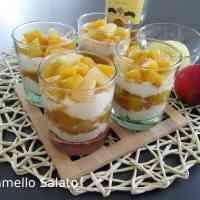 Bicchierini con pesche e ananas