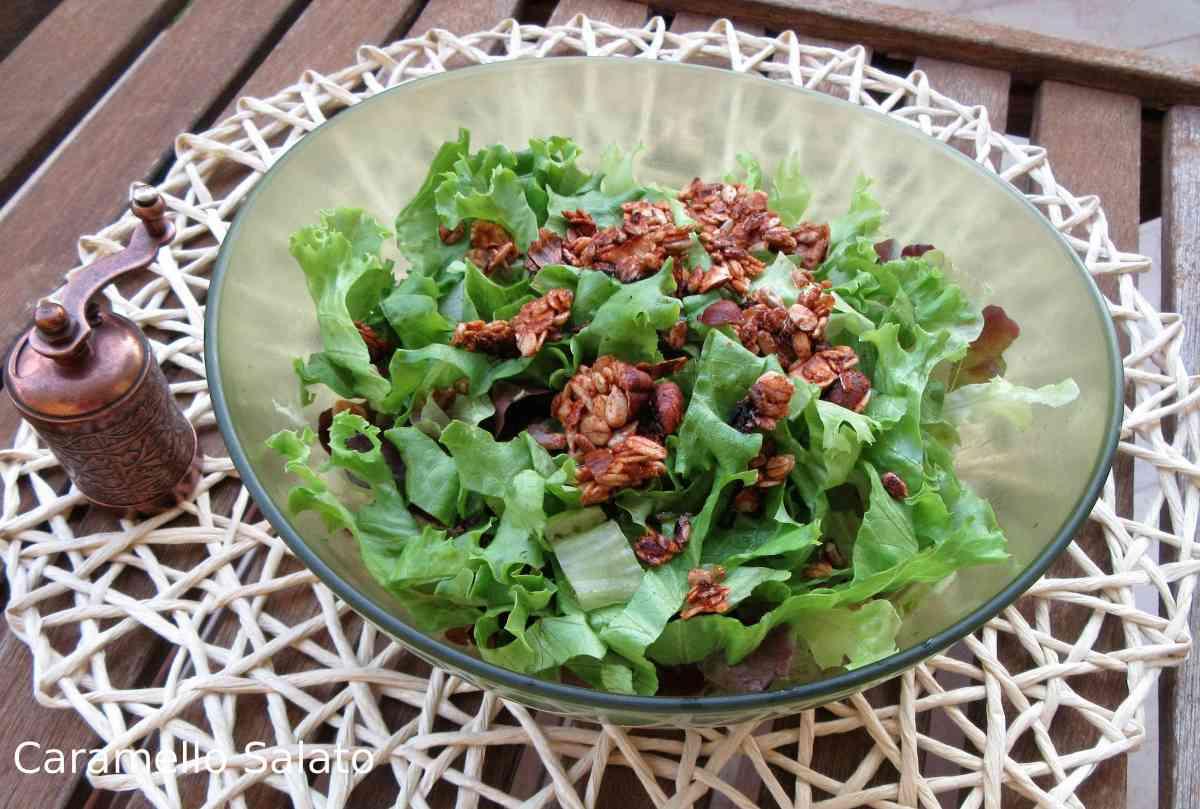 Insalata con muesli salato croccante - ricetta vegana