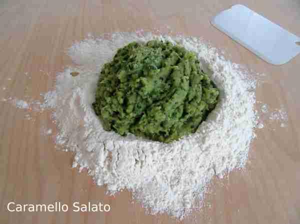 Disporre la farina sulla spianatoia e mettere al centro la purea di zucchine iniziando ad incorporare la farina un po' alla volta