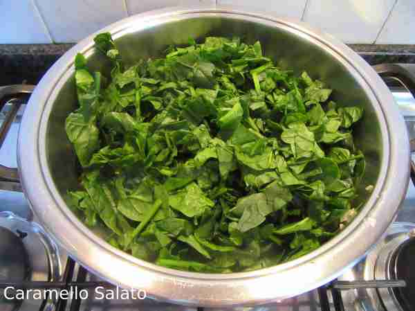 Aggiungere gli spinaci al soffritto e la pancetta e cuocere rigirando per 6-7 minuti