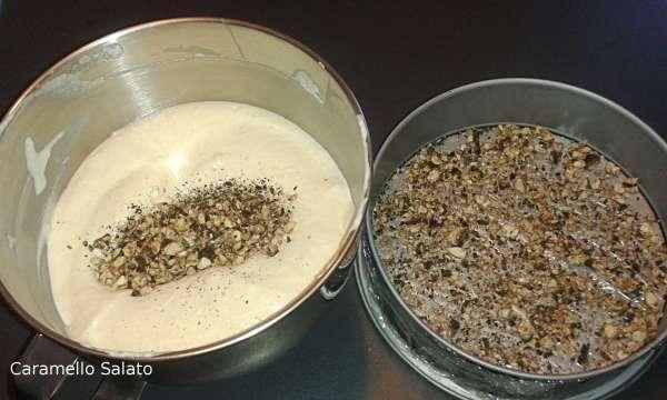 Togliere lo stampo dal freezer e stendere su tutta la base un sottile strato di torrone sbriciolato, mettere il torrone rimanente nel composto di uova e panna
