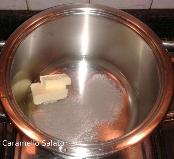 In un pentolino versare 300 ml di acqua, il burro, lo zucchero, il sale e portare a bollore