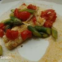Filetti di merluzzo con asparagi e pomodorini