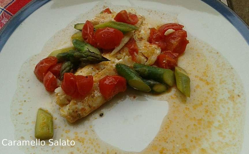 Filetti di merluzzo con asparagi epomodorini