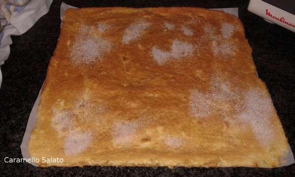 Controllare la cottura, ed estrarre quando la pasta biscotto inizia a colorare. Estrarre, togliere dalla leccarda e cospargere con zucchero semolato in modo che la pellicola non si attacchi