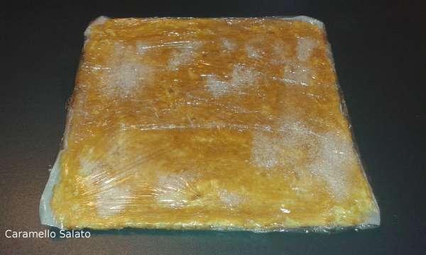 Rivestire tutto attorno con pellicola in modo che la pasta biscotto trattenga l'umidità e lasciar raffreddare